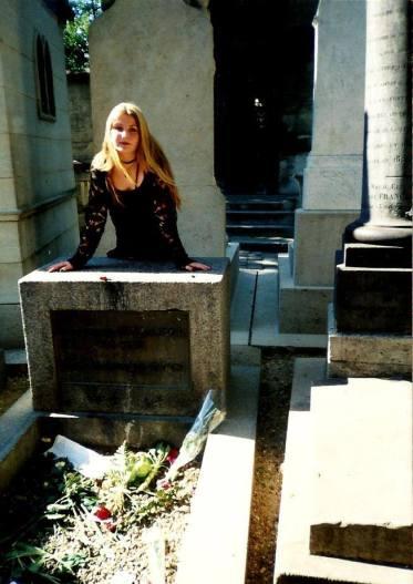 Ten sam grób, już bez popiersia, w roku 1999, z moją skromną osobą, która uciekła z wycieczki szkolnej, aby odwiedzić Króla Jaszczurów ;)