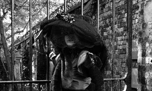 Della Farrant, żona Davida, autorka Haunted Highgate, przy cmentarnej bramie londyńskiego cmentarza
