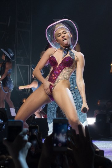1413002343732_wps_1_miley_cyrus_took_to_the_s